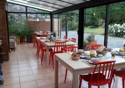 Petits-déjeuners en été dans la véranda